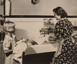 UNKNOWN_CleaningDishesMotherAndDaughter_W